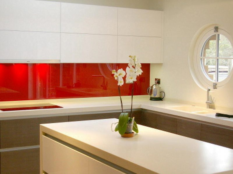 kitchen_fitted_with_opticolour_orient_red_glass_splashbacks_hp