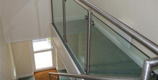 Balustrade, trepte și pardoseli cu sticlă